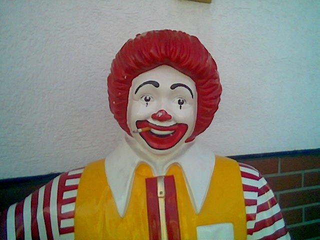 Ronald_McDonald_fuma_Marlboro.jpg